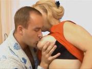 Утром зрелая и толстая блондинка всегда хочет любительский секс с квартирантом