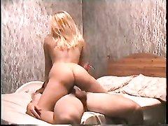 Шикарная зрелая блондинка в любительском анальном видео сидит верхом