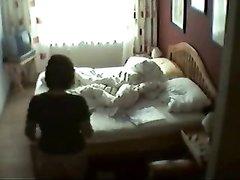 Любительская мастурбация зрелой развратницы снята на видео скрытой камерой
