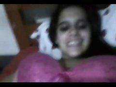 Смуглая брюнетка с большими сиськами в домашнем видео снимает розовый лифчик