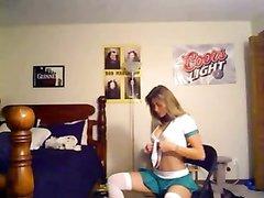 Любительский онлайн стриптиз от стройной блондинки перед вебкамерой