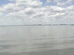 Загорелая зрелая туристка в любительском видео на пляже дрочит член незнакомца