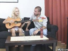 Преподаватель игры на гитаре сделал домашний куни блондинке и добился секса