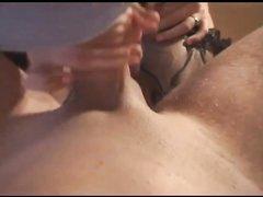 В постели грудастая зрелая блондинка в чулках наслаждается домашним сексом