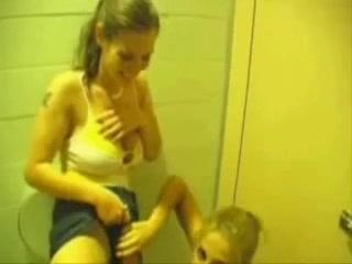 Молодые подруги в лесбийском видео зашли в туалет для любительской мастурбации