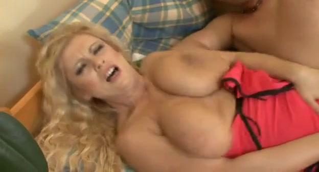 Грудастая блондинка в сапогах в любительском видео осчастливила соседа