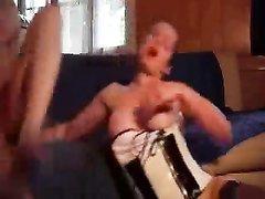 Фигуристая зрелая немка в чулках в любительском анальном видео задаёт жару