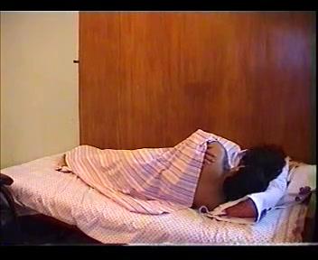 Зрелая индианка перед скрытой камерой наслаждается домашним сексом с ухажёром