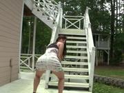 Фигуристая брюнетка в горячем видео танцует любительский стриптиз виляя попой