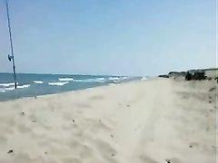 На пляже французская туристка бесплатно сделала минет незнакомцу мастурбируя киску