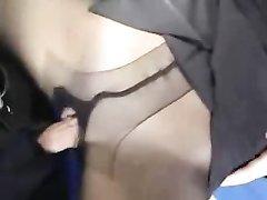 Зрелая дамочка в колготках дрочит член поклонника перед домашним сексом