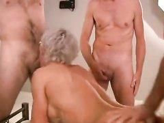 Роскошная блондинка поклонница любительского секса втроём со зрелыми мужиками