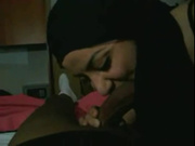 Арабская красотка в жарком видео от первого лица делает домашний минет негру
