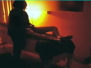 Скрытая камера сняла домашнюю мастурбацию члена зрелой дамой на видео