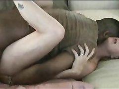 Негр для домашнего секса пришёл к белой соседке и жёстко трахает зрелую киску