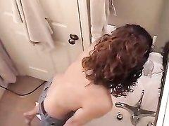 Худая девушка на скрытую камеру снимающую любительское видео дрочит киску