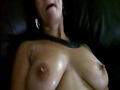 Нежная зрелая брюнетка с большими сиськами голой позирует в домашнем видео