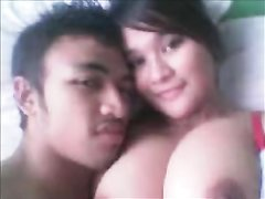 Грудастая азиатка в домашнем видео после нежных поцелуев запрыгала на члене