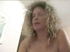 Кудрявая зрелая развратница с загаром обожает любительский секс с буккакэ