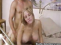 Сладкая блондинка в постели радует мужа близкой подруги домашним сексом