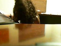 В домашнем видео со скрытой камеры секретарша дрочит член босса руками и попой