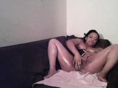 Толстая и зрелая негритянка в любительском видео дрочит перед скрытой камерой