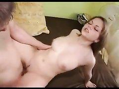 Молодая и фигуристая жена соседа осчастливила хахаля домашним сексом