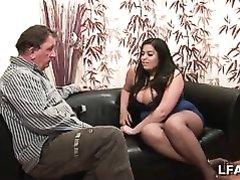 Толстая француженка в любительском видео сосёт зрелый член и дрочит большими сиськами