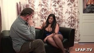 Толстуха с огромными сиськами сосет член видео секс домработницей женщине