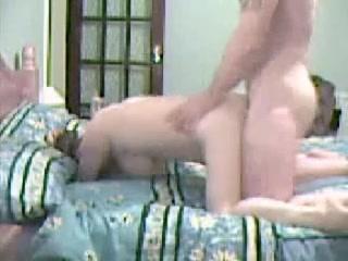Красотка с большими сиськами в домашнем видео трахается с ненасытным соседом