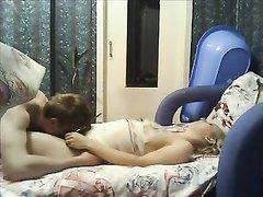 Блондинка на вебкамеру онлайн делает минет любовнику и садится на член