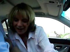Минет от зрелой блондинки в машине снят на любительское видео от первого лица