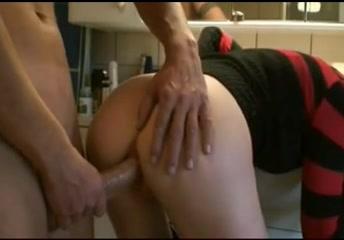 Голодная блондинка в анальном видео трахается в попу с любовником в ванной