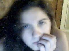 Перед вебкамерой онлайн голой лежит попой наверх красивая молодая девушка