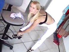 Стройная блондинка в любительском видео разделась до нижнего белья и полностью