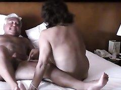 Зрелая русская блондинка с обвисшими сиськами в черных чулках