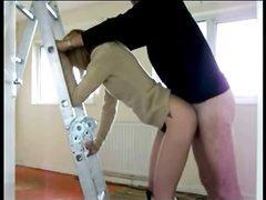 Худая французская блондинка в домашнем анальном видео стоит спиной к партнёру