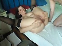 Толстая шлюха в чулках в анальном видео просит любовника кончить внутрь