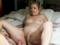 Зрелая блондинка перед любительским сексом дрочит киску напротив партнёра