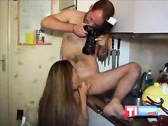 Арабская леди с красивыми сиськами радует любовника на кухне халявным сексом