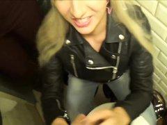 Блондинки для видео сделали любительский двойной минет незнакомцу в подворотне