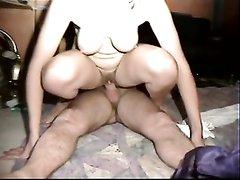 После куни в 69 позе зрелая домохозяйка весьма рада сексу в позе наездницы