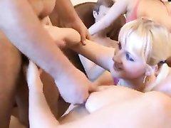 Парни для группового домашнего секса сняли двух блондинок и знойную брюнетку