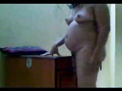 Индийская жена в любительском видео нагнулась и прилегла на стол для интима