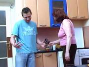 Рыжая зрелая домохозяйка с большими сиськами подарила молодому сантехнику секс