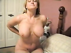 Зрелая блондинка с натуральными большими сиськами разделась в домашнем видео