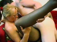 Зрелая домохозяйка с большими сиськами в немецком видео трахается с соседом