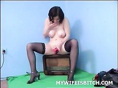 Раздевшись до чулочек зрелая леди в домашнем видео дрочит с вибратором