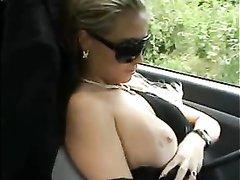Красивая блондинка села в авто к незнакомцу для любительского секса с минетом