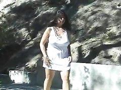 В любительском анальном видео в попу трахают зрелую брюнетку с большими сиськами